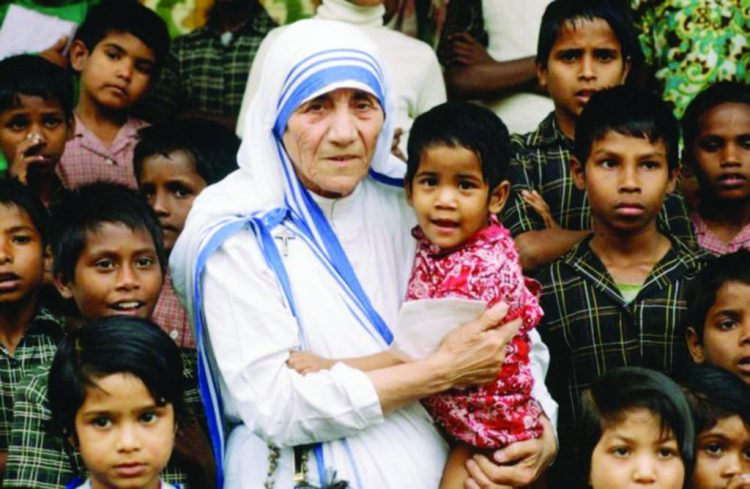 Mother-Teresa-with-orphans-in-Kolkata.-She-will-become-22St.-Teresa-of-Calcutta22-in-a-Sept.-4-canonization-ceremony-led-by-Pope-Francis-1024x668